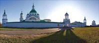 Спасо-Яковлевский Димитриев монастырь. вид на Святые Врата