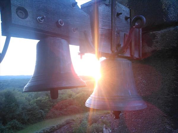 на фото: Колокола на башне