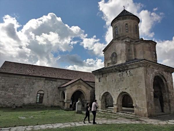 Храм Николая Мирликийского и вход в Академию
