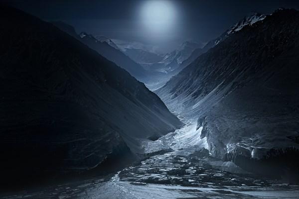 Лунный Гиндукуш. Вид на северные склоны Хребта Гиндукуш.